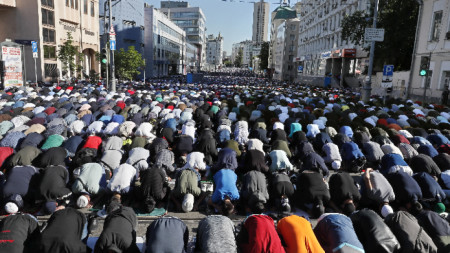 Мюсюлмани по време на молитва в руската столица Москва