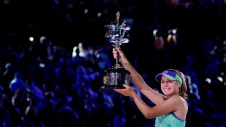 София Кенин позира с трофея.