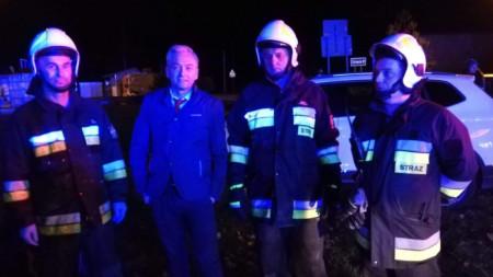 """Членове на доброволния противопожарен отряд в село Регут край Варшава пуснаха снимка с Роберд Бедрон, който като """"истински пожарникар се е хвърлил към горящата кола""""."""