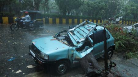 Проливен дъжд и силен вятър в Мумбай преди връхлитането на Тауктае, 17 май 2021 г.