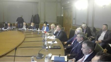 Пред комисията по отбрана Красимир Каракачанов каза, че няма определени пилоти, които да започнат тренировка, ако има сделка.