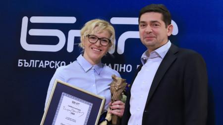 """Ваня Вълкова, директор на дирекция """"Дигитални проекти"""", прие наградата от председателя на Обществения съвет на БНР д-р Милен Врабевски."""