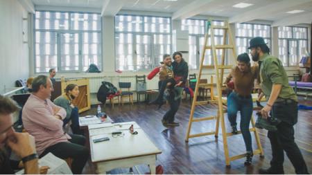 """Момент от репетицията на операта """"Двамата свенливци"""" от Нино Рота"""