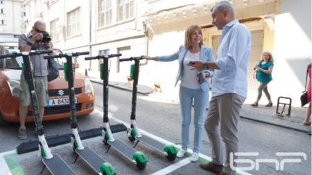 Кметът на София Йорданка Фандъкова, председателят на СОС Елен Герджиков и представители на компанията предоставяща услугата, поясниха повече за новия начин на придвижване с електрически тротинетки в града.