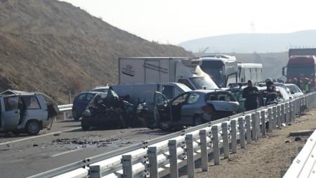 Един човек загина и 10-ина бяха тежко ранени във верижна катастрофа при гъста мъгла на магистрала