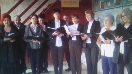 """Десетки сънародници от Западните покрайнини честваха 24 май при храма """"Света Троица"""" в босилеградското с.Извор"""