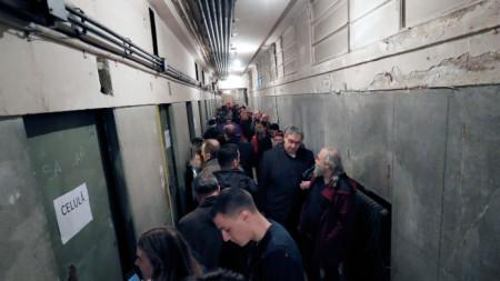 Посетители през 2019 г. фотографират килиите на Секуритате – зловещата служба за държавна сигурност на  Румъния от времето на комунистическия режим, Букурещ, сградата на бившето МВР.