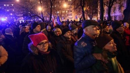 Демонстранти излязоха във Варшава, за да изразят подкрепата си за уволнен от управляващите съдия.