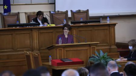 Десислава Атанасова говори от трибуната на парламента.
