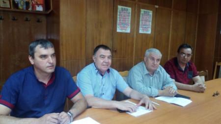 Ще настояваме да се направи пълна проверка на общината, подчерта местният лидер на БСП в Перник Кирил Леонов (най-вляво).