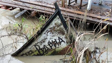 Попупотънала лодка в Камчия