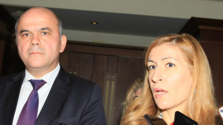 Министърът на туризма Николина Ангелкова и министърът на труда и социалната политика Бисер Петков на заседанието на Междуведомствения съвет за кадрите в туризма