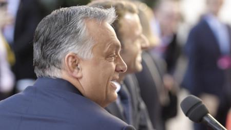 Унгарският премиер Виктор Орбан (на преден план) и френският президент Еманюел Макрон са защитници на различни политически линии в Европейския съюз.