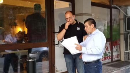 Владимир Павлов (с ризата) пред клуба на