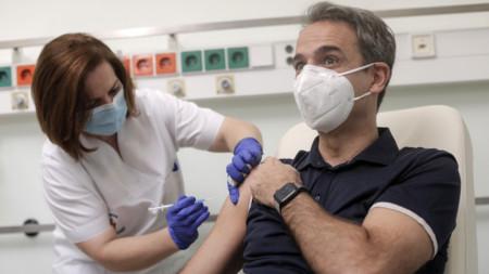 Премиерът на Гърция Кириакос Мицотакис се ваксинира срещу Covid-19