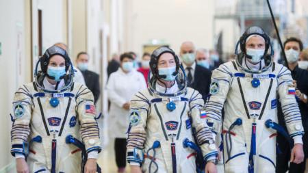 Сергей Куд-Сверчков, Сергей Рижков и Кайтлин Рубинс (отдясно наляво) ще поемат дежурството на МКС
