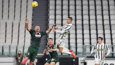 Роналдо се е извисил, за да отбележи втория гол за Ювентус.