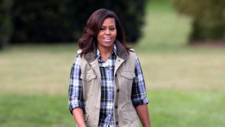 Мишел Обама на източната поляна на Белия дом, където зася и поддържаше зеленчукова градина