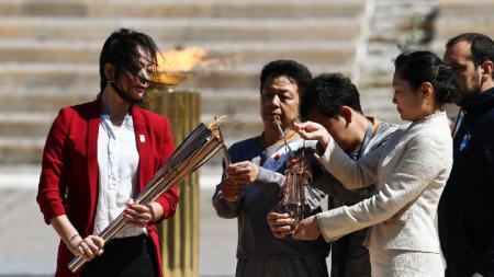 Наоко Имото (вляво) е получила олимпийския огън.