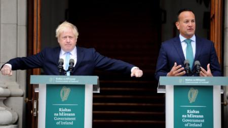 Британският премиер Борис Джонсън (вляво) и ирландският му колега Лео Варадкар на пресконференцията в Дъблин.