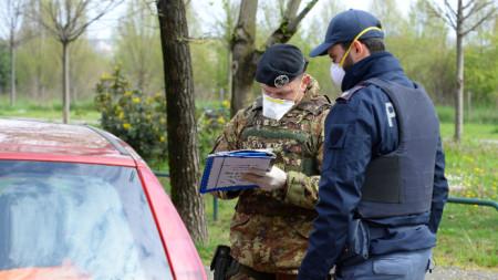 Военен проверява шофьор заради карантината край Милано.
