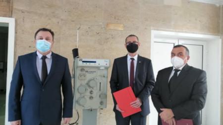 Доц. д-р Цветан Луканов прие дарението от прокурор Валентин Николов и следователя Цвятко Камбуров (от ляво надясно).