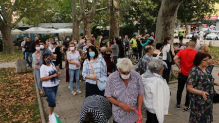 """В градинката на площад """"Възраждане"""" срещу СДВР, се провежда мирен митинг."""