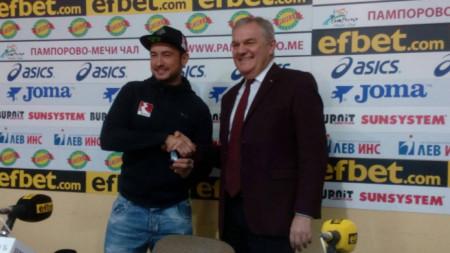 Мартин Чой при награждаването  с Румен Петков.