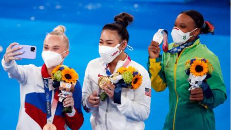 Бронзовата медалистка Мелникова си прави селфи с шампионката Лий (в средата) и сребърната Андраде.
