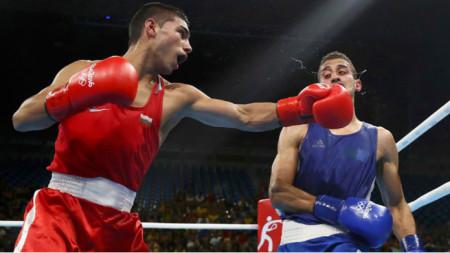 Даниел Асенов (вляво) ще боксира срещу поляк довечера.
