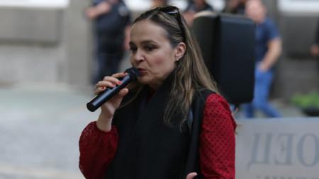 Искра Ангелова на протеста пред БНТ -  10 юни 2021 г.