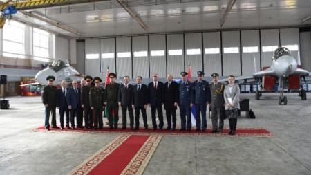 Церемонията по предаването на 4-те изтребителя МиГ-29 на Сърбия в беларуската ВВС база в Барановичи.