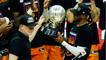 Собственикът на Финикс Робърт Сарвър връчва шампионския трофей на Западната конференция на звездата Крис Пол.