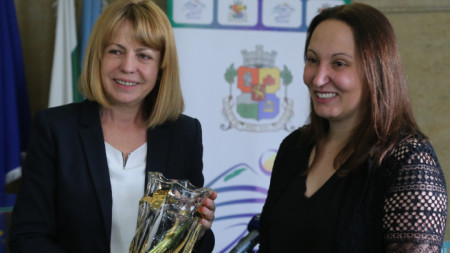 Кметът на София Йорданка Фандъкова награди със специалевн приз легандата ни в шорттрека Евгения Раданова