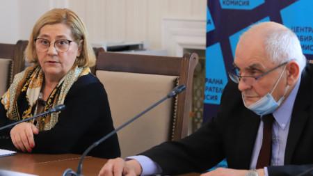 Таня Цанева и Димитър Димитров на пресконференцията на ЦИК на 25 февруари.