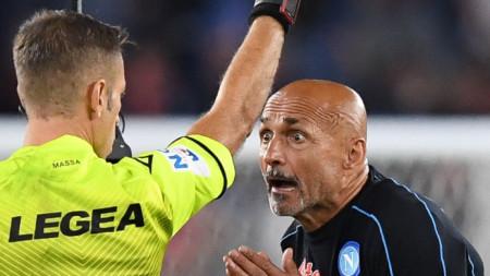Давиде Маса показва червен картон Лучано Спалети в края на мача Рома - Наполи.