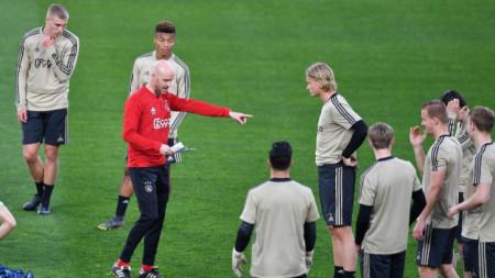 Ерик тен Хаг (в червено) дава наставление на футболистите на Аякс на