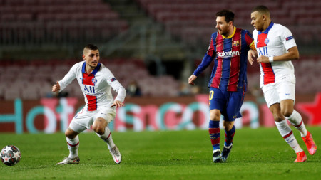 Марко Верати (вляво) ще изпревари за топката капитана на Барса Меси и съотборника си в ПСЖ Мбапе.