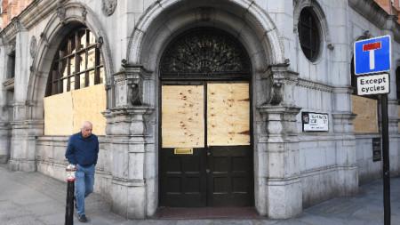 Лондончанин минава покрай затворен пъб в британската столица.