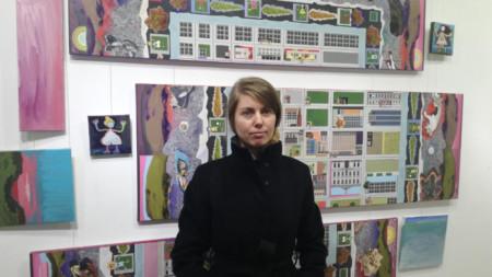 """Радка Стоева сред свои творби в галерия """"Май"""" в Сливен."""