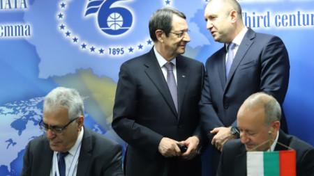 Пред президентите Румен Раден и Никос Анастасиадис бяха подписани три меморандума за сътрудничество между бизнес организации на двете страни.