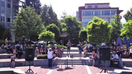 На площада в Дупница четоха откъси от творби на Димитър Димов за 110-годишнината на писателя
