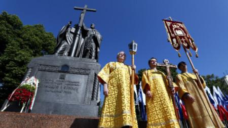 Церемония у памятника святым братьям Кириллу и Мефодию в Москве
