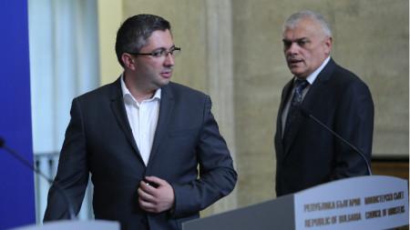 Борисов е настоял от постовете си да се оттеглят вътрешният министър Валентин Радев (вдясно), транспортният Ивайло Московски и регионалният Николай Нанков (вляво).
