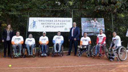 Зам.-министър Андонов с участниците в турнира по тенис в колички.