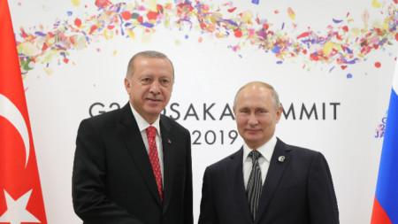 Президентите на Турция Реджеп Тайип Ердоган (вляво) и на Русия Владимир Путин по време на срещата на Г-20 в Осака