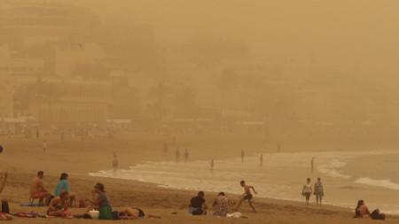 Видимостта на Канарските острови стана почти нулева, след като пясъчна буря донесе от Сахара облаци червен прах.