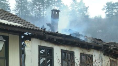 Покривните конструкции и вторите етажи на трите къщи в центъра на Габрово са унищожени.