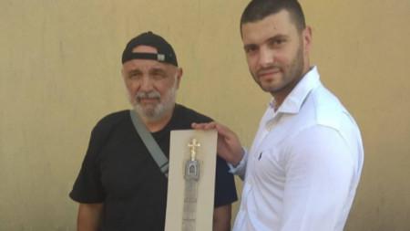 Инициаторът на идеята Пламен Карашев (вдясно) и художникът Иван Бахчеванов