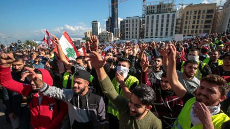 Шествието на протестиращите стигна до сградата на правителството в центъра на Бейрут.